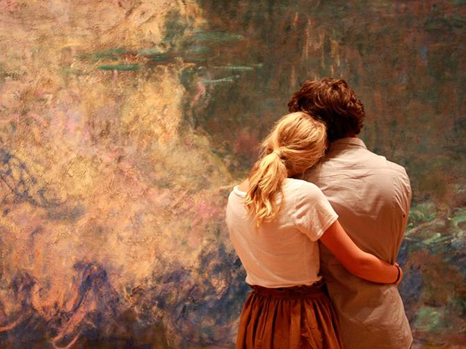 Resultado de imagen para una pareja caminando de la mano en un apisaje otoñal