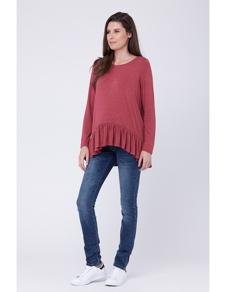 94441edf421955 Soft and slouchy are words to live by when it comes to styling maternity  outfits for winter, with just a small touch of dainty flair.