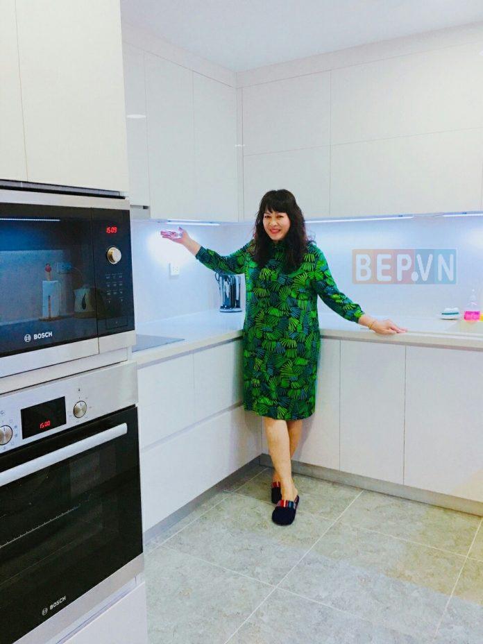 Thiết kế tủ bếp Acrylic chữ U màu trắng gia đình chị Dung. Ứng dụng thiết kế tủ kho kết hợp lò nướng và lò vi sóng. Mang lại nét sang trọng hiện đại và sự hài lòng tuyệt đối.