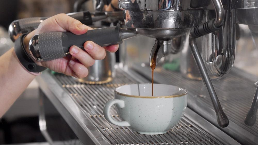 O consumo global de café deve continuar crescendo em um ritmo firme. (Fonte: Shutterstock/Nata Kotliar/Reprodução)