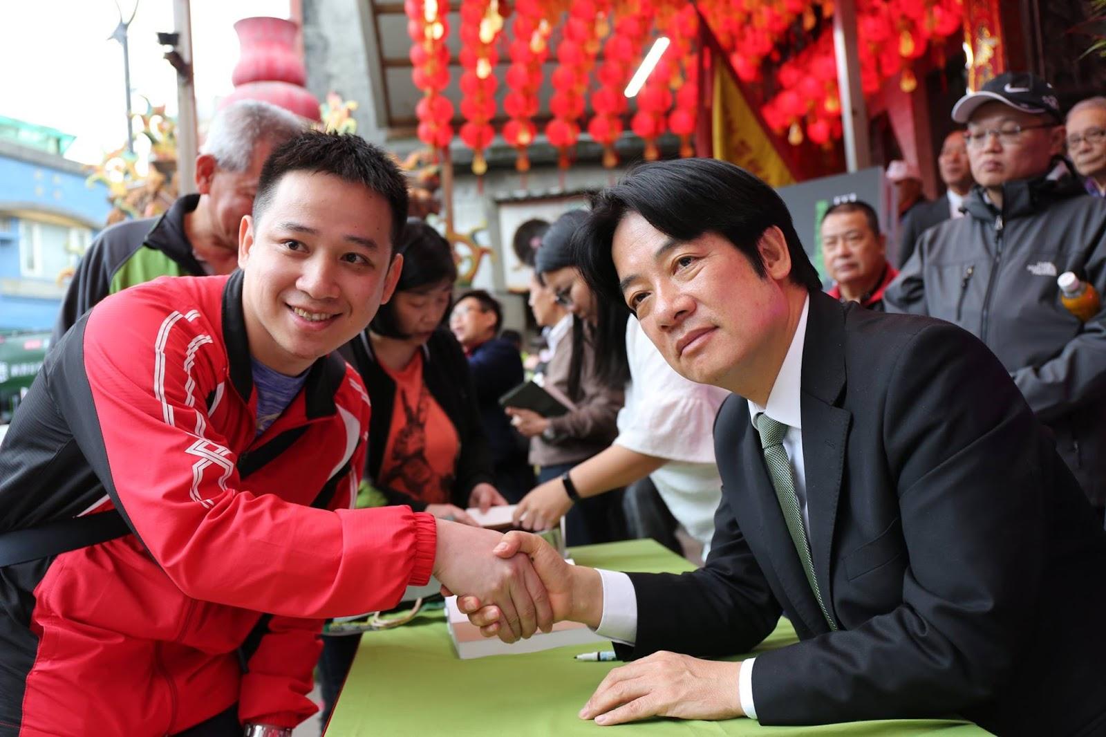 曾担任蔡英文政府行政院长的赖清德(右)正在挑战蔡英文。 //图片来源: 赖清德官方脸页