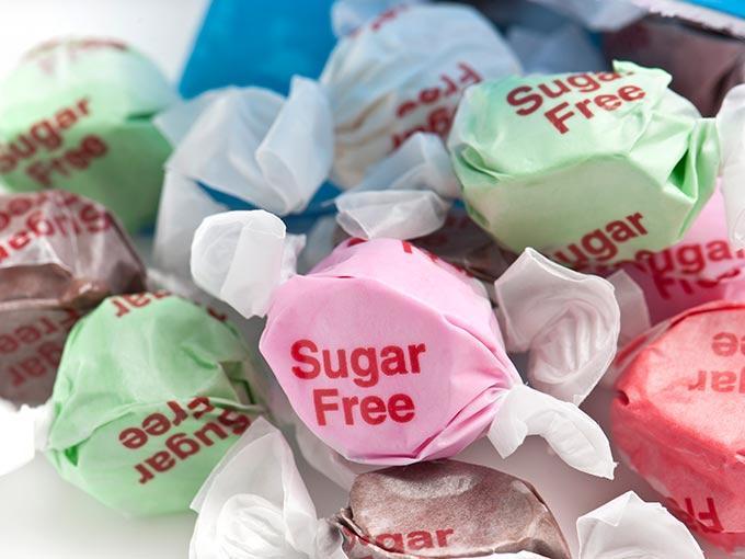 Dank zuckerfreier oder zuckerreduzierter Lebensmittel ist Naschen auch für Diabetiker in Maßen unbedenklich.