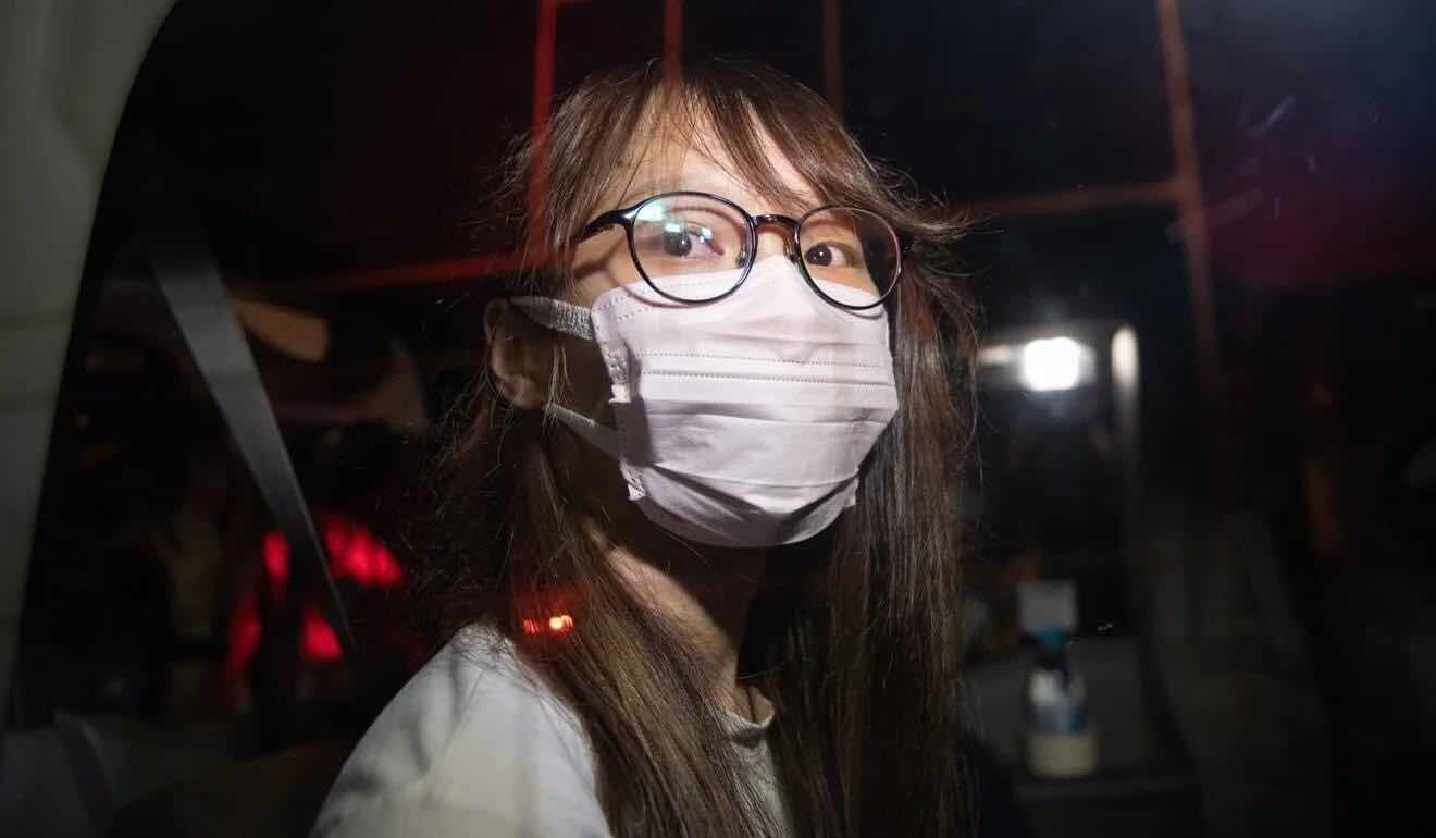 Khoảnh khắc ghi hình cô Chou đang ngồi trong xe cảnh sát