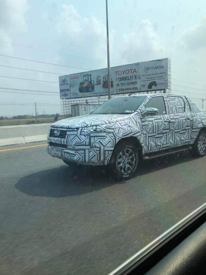 ภาพที่ถูกถ่ายได้ คาดว่าเป็น Toyota Hilux Revo รุ่นปรับโฉม