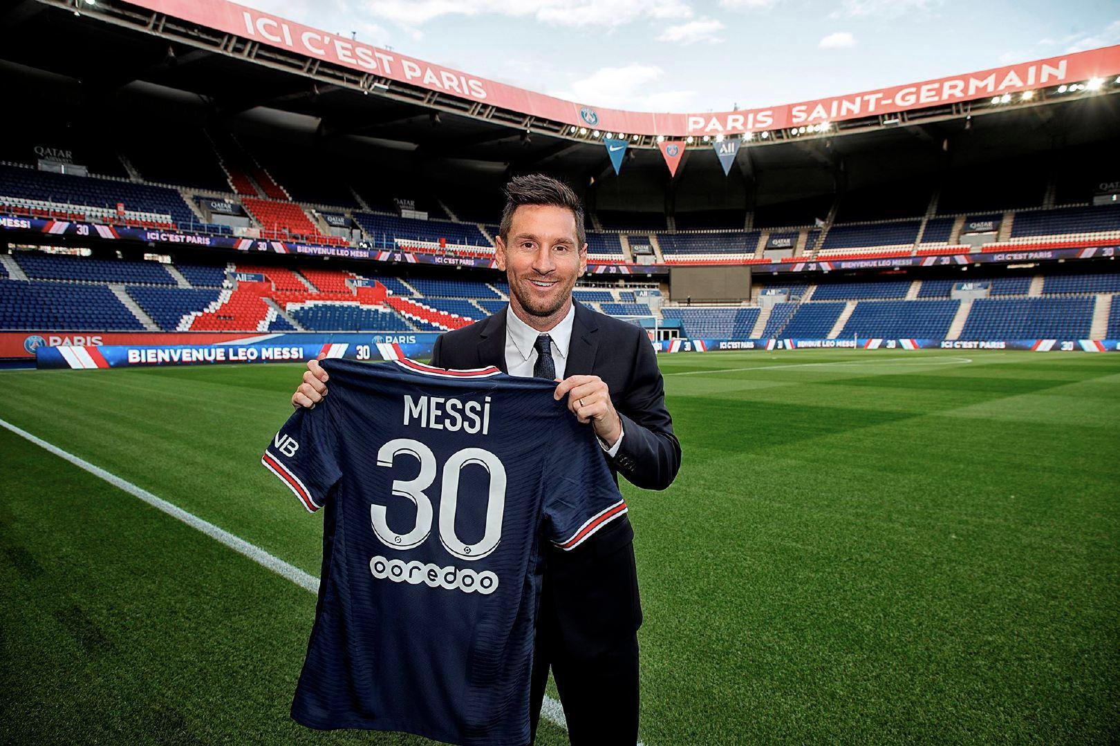 Messi gia nhập Paris Saint-Germain và được người hâm mộ Paris chào đón