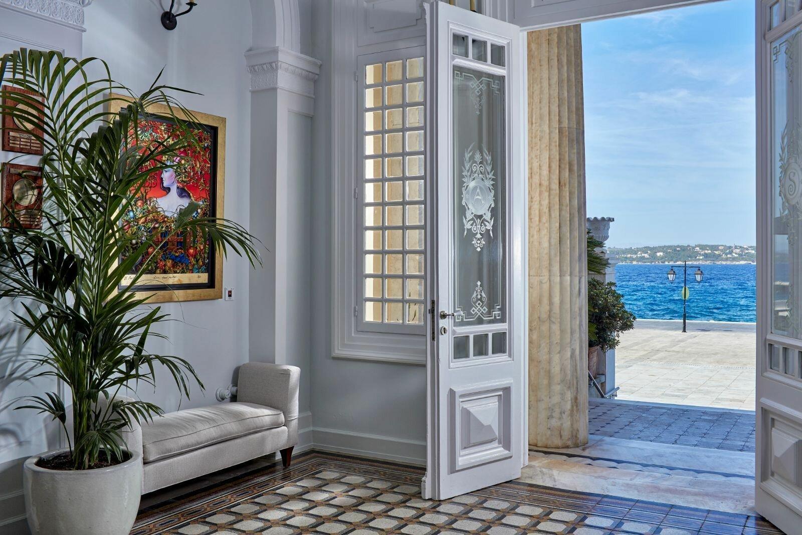 Голубая лазурь и белое дерево - типичные греческие краски