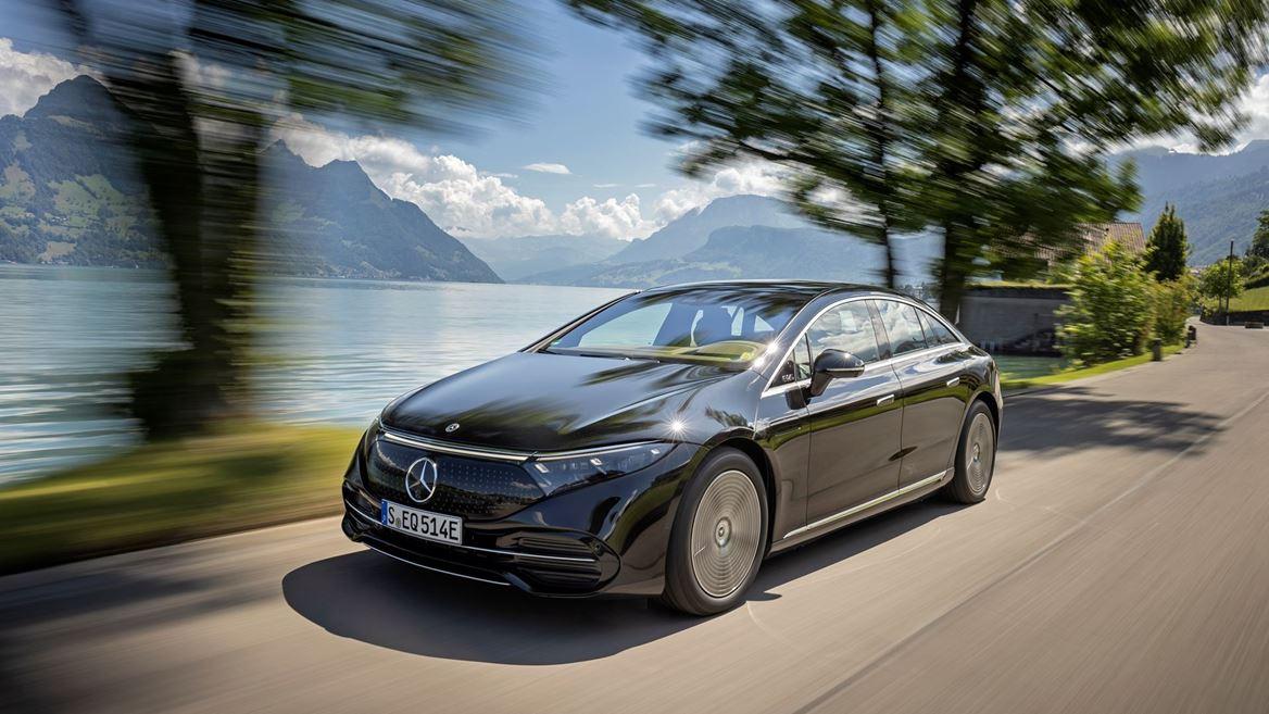 Photo commerciale d'une Mercedes-EQ sur la route