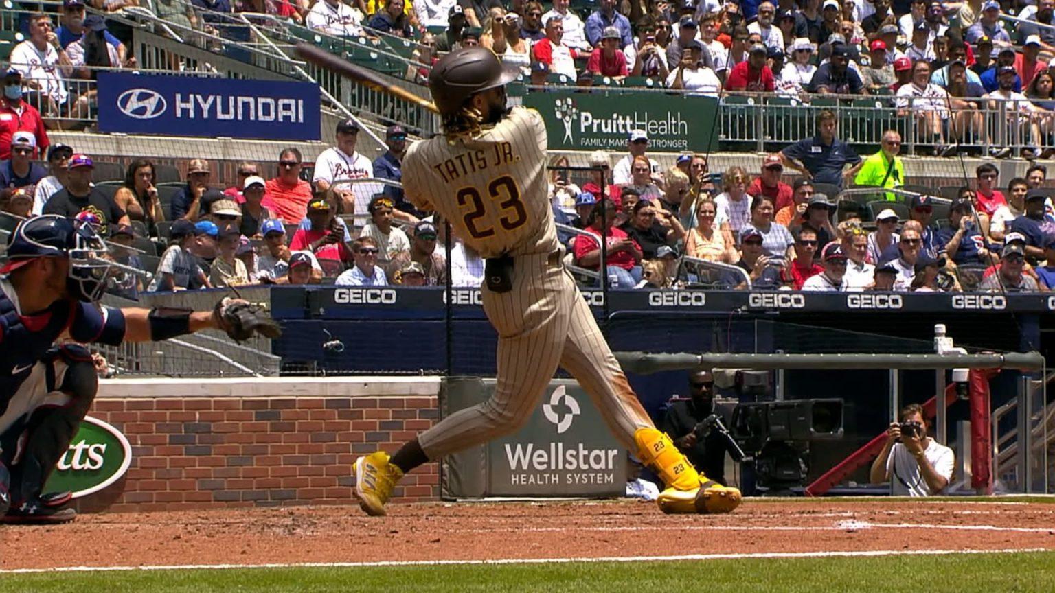 Jugador de beisbol con espectadores en las gradas  Descripción generada automáticamente