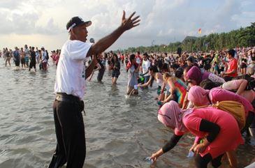 kegiatan bersih bersih pantai dengan Tourism for SDGs