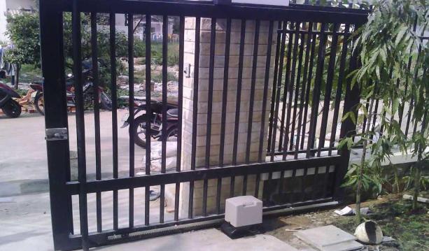 Nên quan tâm đến điều kiện an ninh hiện tại của khu nhà, địa chỉ bạn sẽ lắp đặt cửa để có phương án lựa chọn hợp lý nhất