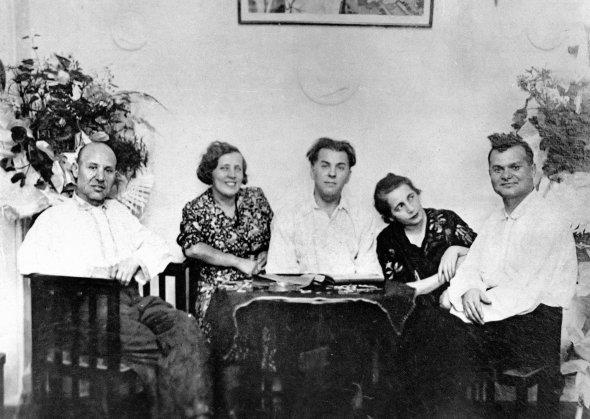 Павло Тичина сидить іздружиною Лідією (вцентрі), старшим братом Іваном (ліворуч), молодшим Євгеном ійого дружиною Варварою