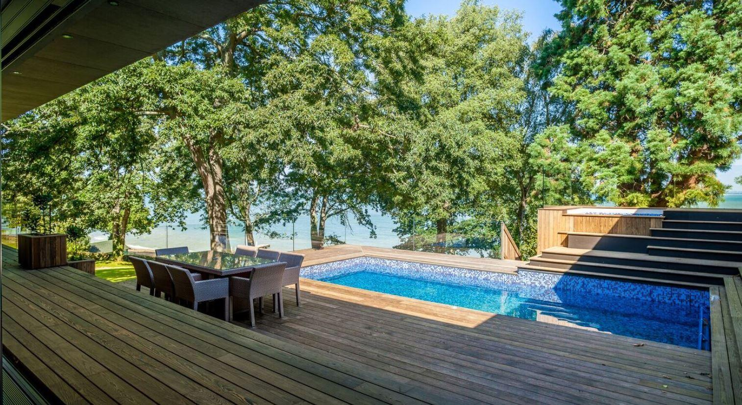 terrasse med pool