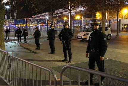 Paris anti-terror raid: Suspects holed up in apartment, one dead