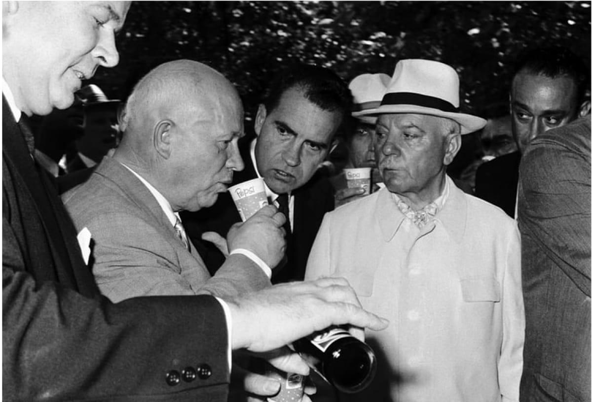 Хрущев впервые в жизни пьет американскую пепси-колу