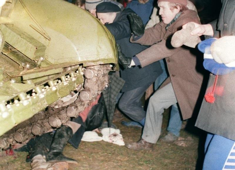 Танки остановлены: Защитники вильнюсского телецентра пытаются остановить советский танк. Под гусеницы попала одна из митингующих / news.tut.by