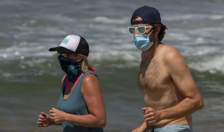 Відвідувачів турецьких пляжів змусили одягти маски