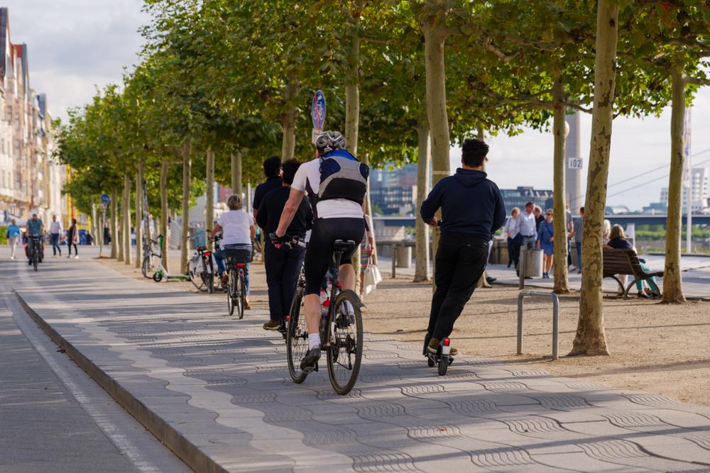 Políticas de mobilidade urbana devem ser voltadas para deslocamentos sem emissão de poluentes. (Fonte: Shutterstock)