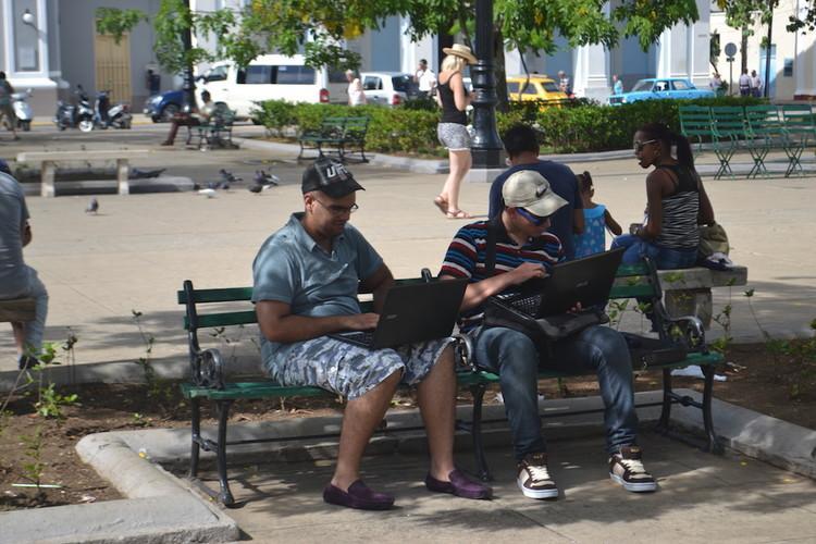 古巴公园内上网的人 来自: John Graham-Cumming