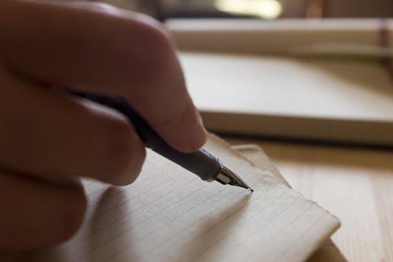 文字を書く写真
