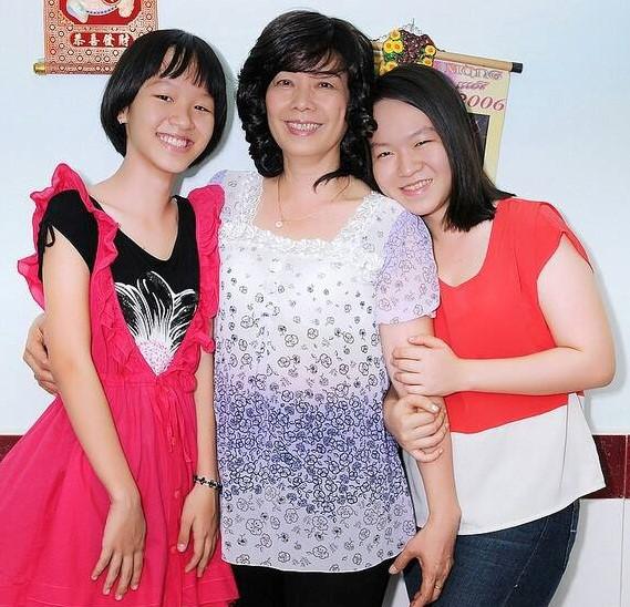 Mỗi khi nhớ mẹ, hai chị em Vy lại lấy ảnh ngày xưa ra xem và tự hứa sẽ cố gắng sống tốt để mẹ yên lòng. Ảnh: Thái Vy