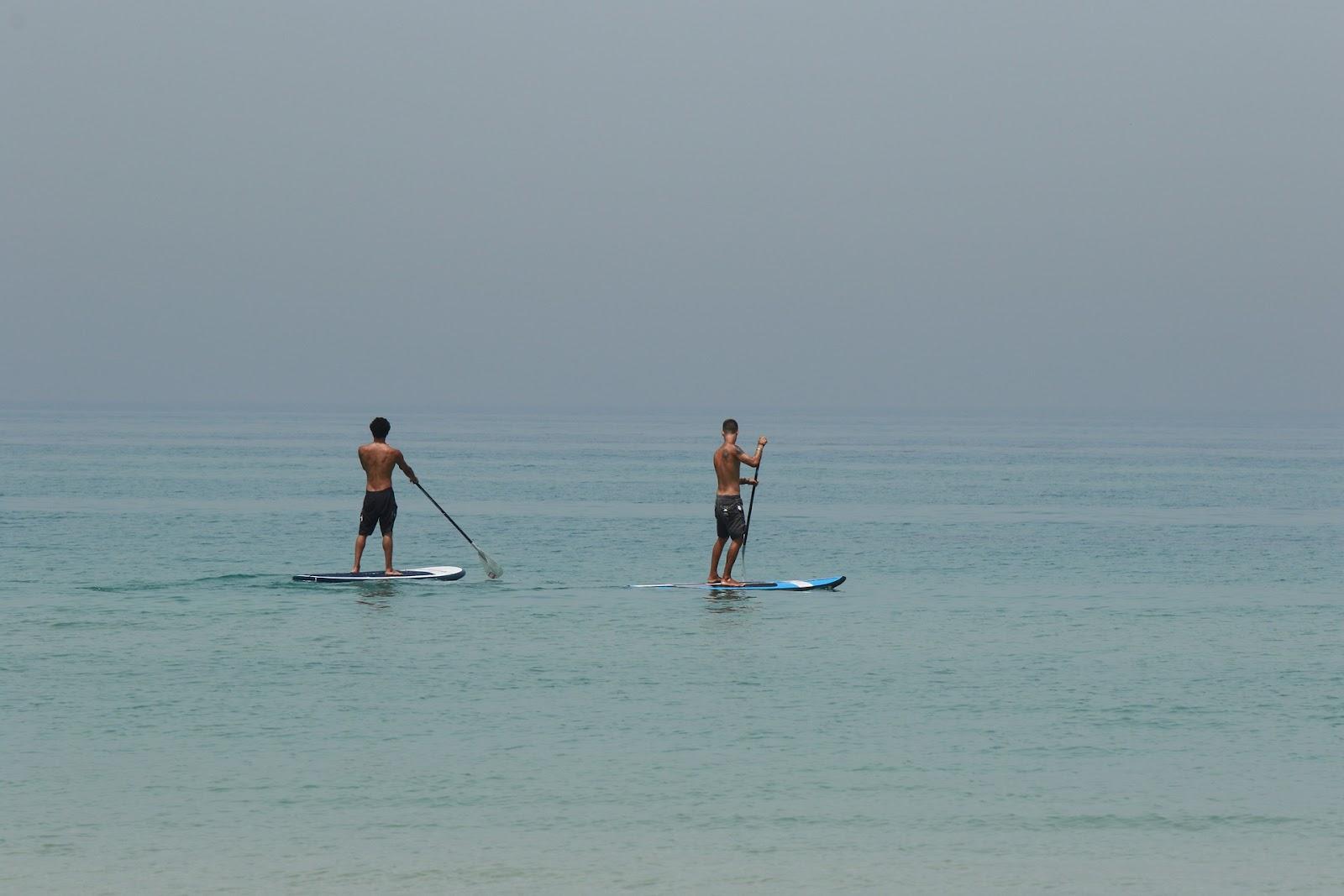 2 גברים על 2 גלשנים במים