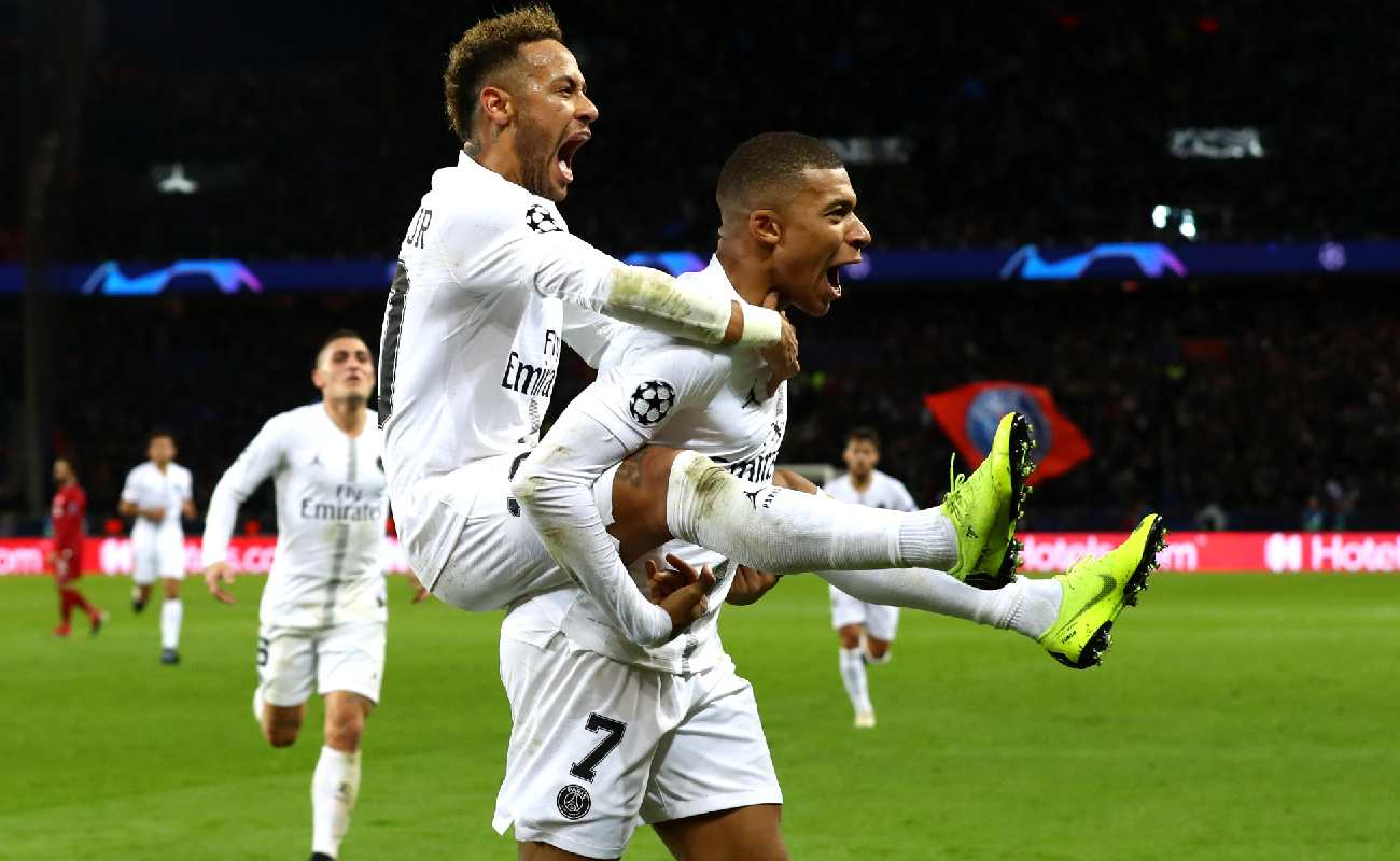 Alt: PSG's Mbappé and Neymar celebrate after scoring a goal - Photo by Clive Rose/Getty Images