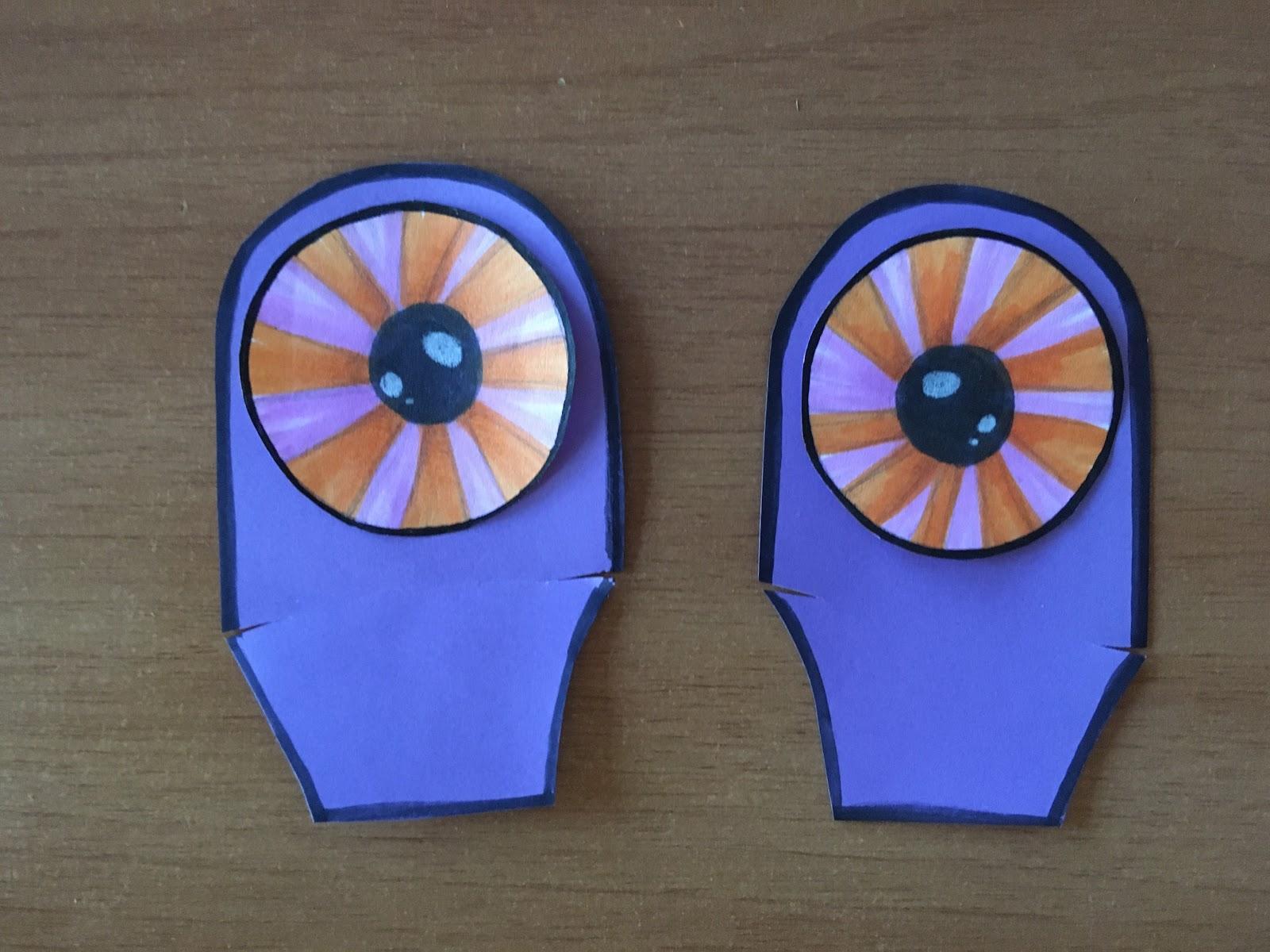Ojos pintados dispuestos sobre sus respectivos soportes.