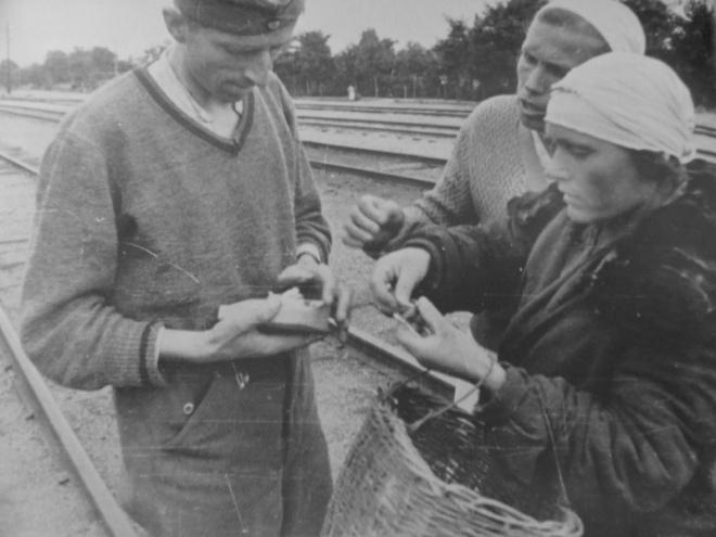 Німецький солдат торгується з місцевими мешканками на залізничній станції Києва, 1943 рік