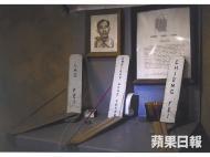 有海外華人的後代,把父親遺像和神主牌,與三國人物劉備、張飛放在一起。