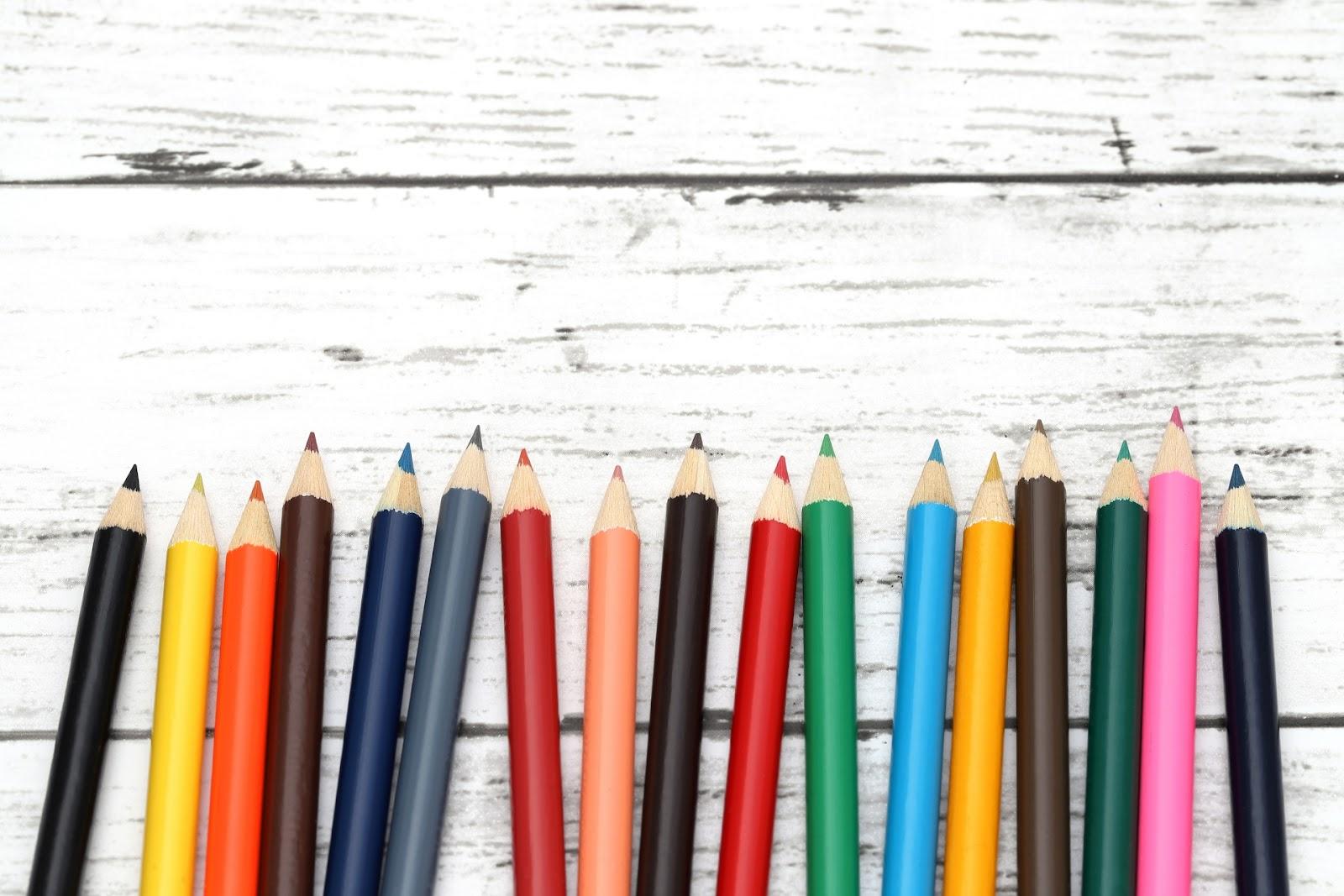 並べられた色鉛筆