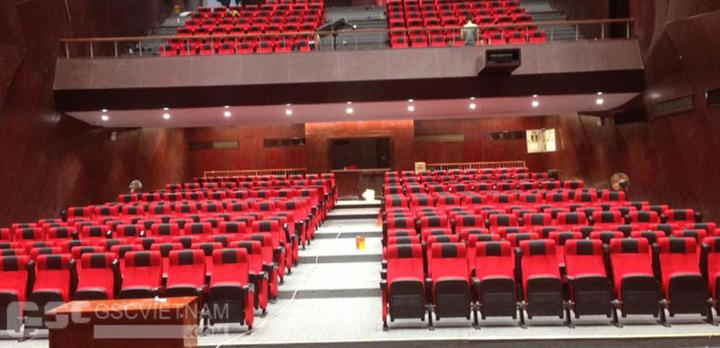 Cần chú ý chọn màu ghế tương phản với trần, tường hội trường