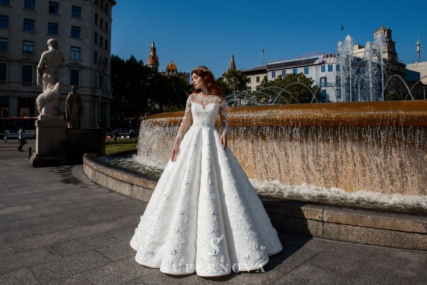 Свадебное платье с пышной юбкой в сборку