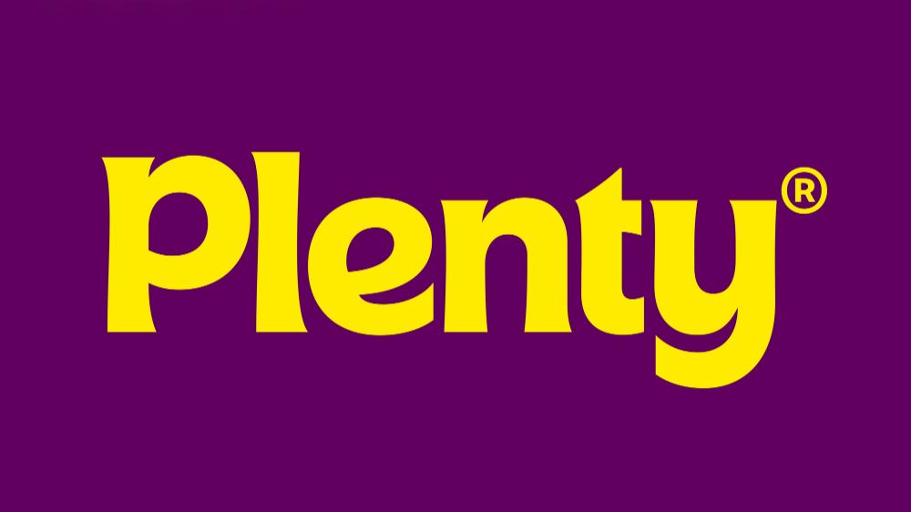 L'immagine mostra il nuovo logotipo di Plenty, una scritta gialla con il nome del brand su sfondo viola. Fonte: agenzia &Walsh's