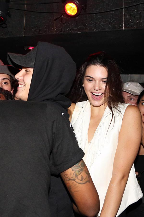 VIDEO] Justin Bieber & Kendall Jenner Partying With Travis Scott In NYC –  Hollywood Life