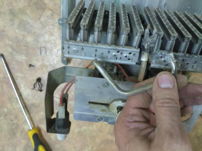 Разбор колонки и отсоединение трубки запальника от горелки