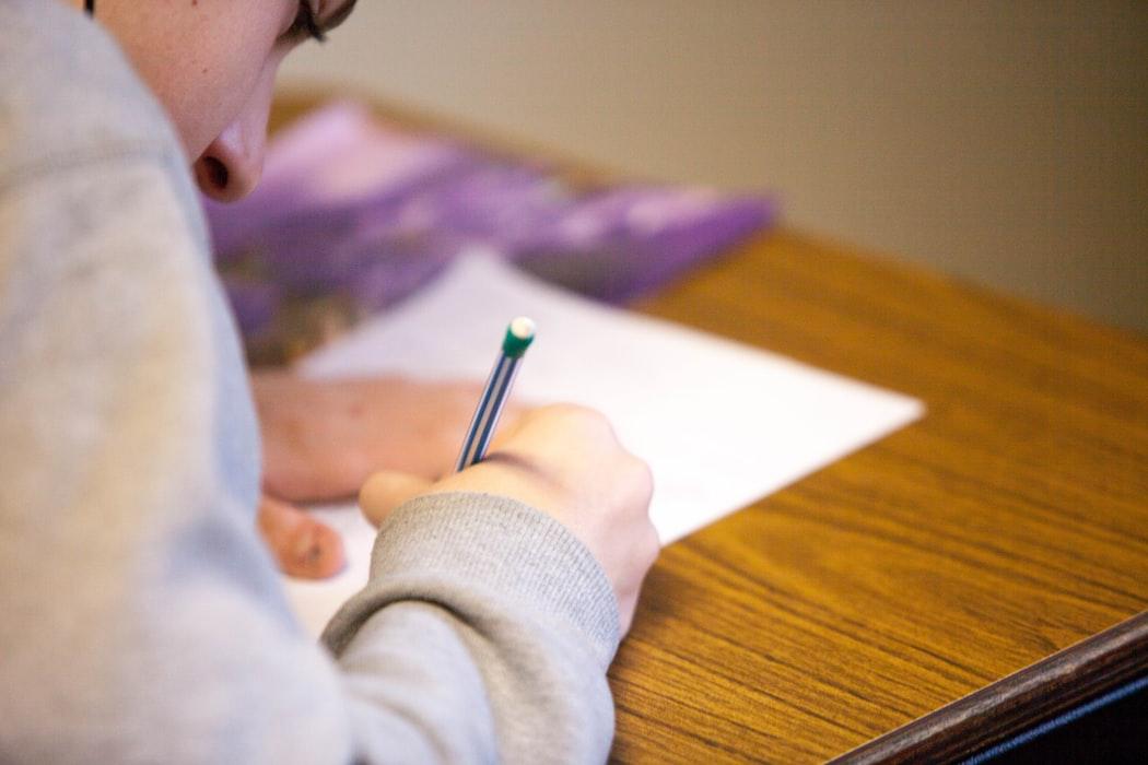 Estudante revisando a matéria