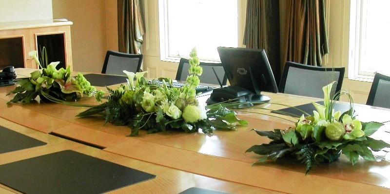 Цветы на столе в учреждении