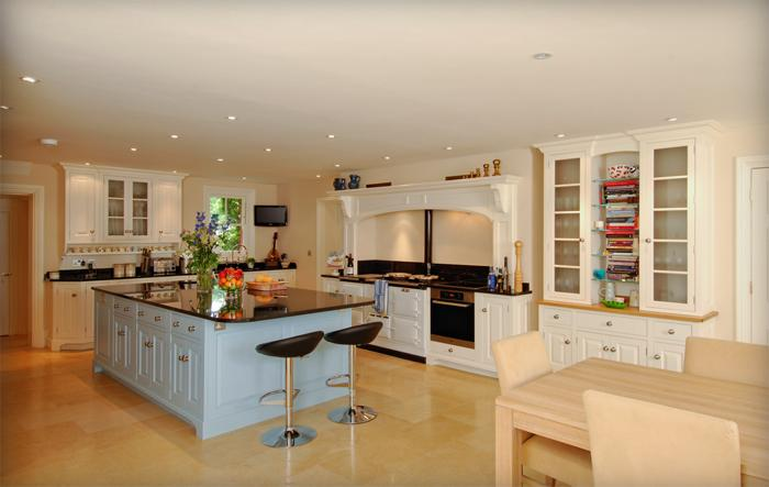 http://www.dovetailkitchens.com/blog/wp-content/uploads/2011/08/Painted-kitchen-in-Farnham.jpg