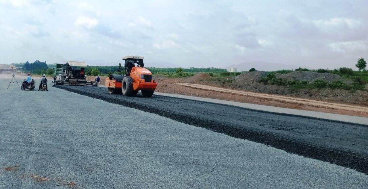 Một đoạn cao tốc đang lên đá base sau khi đã hoàn thành thi công phần nền đường.
