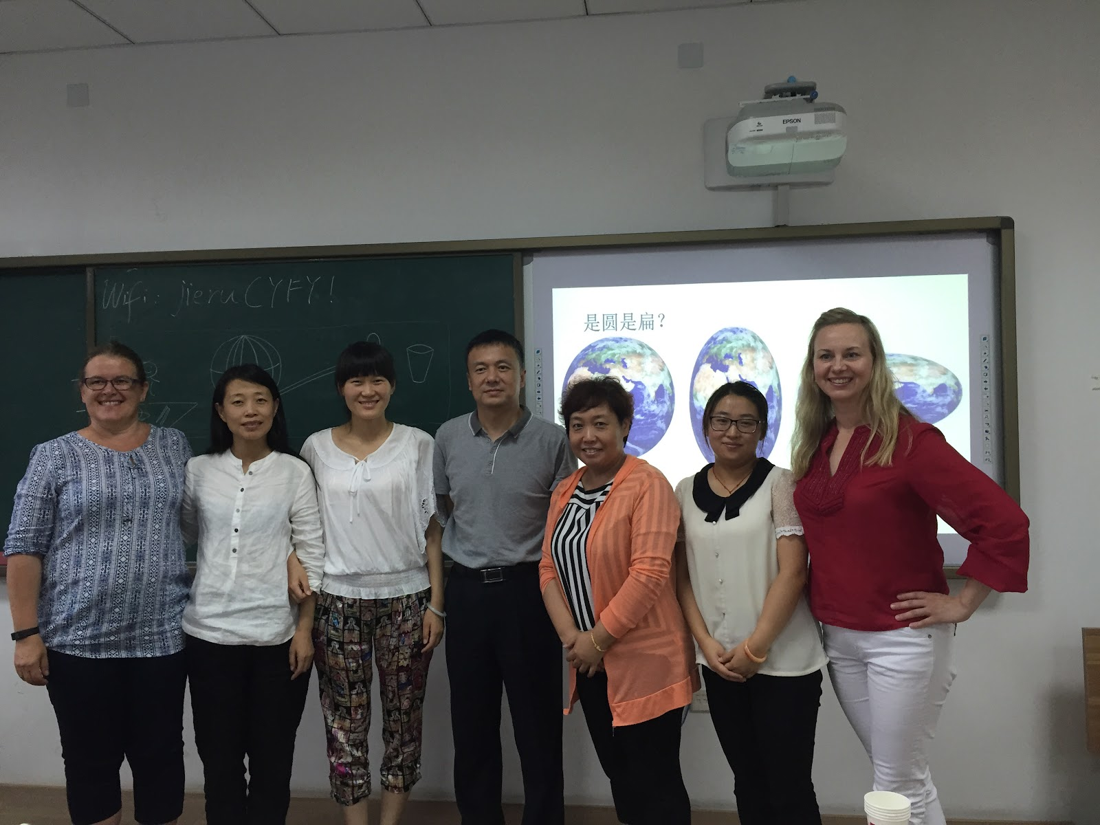 Ryhmätöiden jälkeen otettiin yhteispotretteja. Kiinalaisopettajat työstivät hienoja monialaisia oppimiskokonaisuuksia ilmiöpohjaisen oppimisen hengessä.
