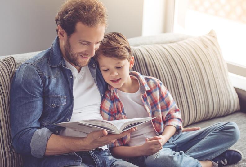 papa leyendo con hijo