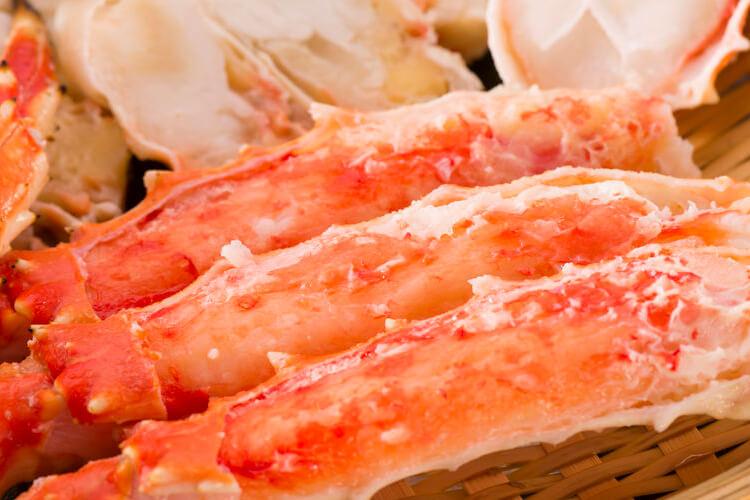 【鱈場蟹腳 × 1 副】日本名蟹之一,有著比帝王蟹腳更細緻鮮美的肉質,雪白蟹肉帶著晶透光澤。來自寒冷深海,生長緩慢因而肉質細緻扎實,帶有自然海洋馨香及甘甜氣息,適合搭配微酸微甜的醬汁,更能帶出本身美味。在處理上,務必先完全解凍再進行後續料理。一般的建議處理方式是解凍後再將蟹腳由關節處下刀,剪切成一節一節,但不建議在沒有關節的地方下刀、避免料理時蟹味流失。