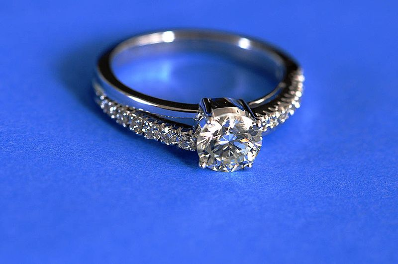 800px-Diamond_ring_by_Koshyk.jpg
