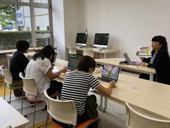 机の上に座っている人たち  中程度の精度で自動的に生成された説明