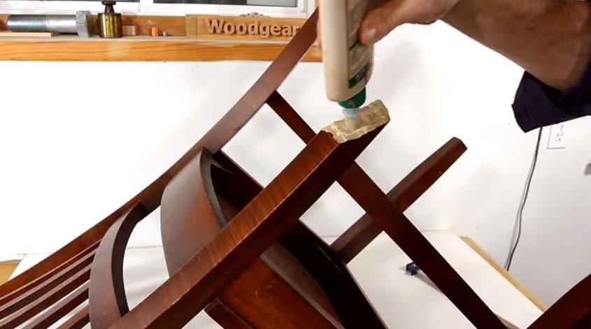 sửa ghế gỗ gãy chân 2