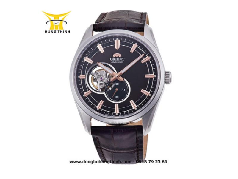 Bạn có thể mua những sản phẩm đồng hồ Orient Automatic dây da lộ máy như thế này để có thể quan sát được một phần hoạt động của bộ máy đồng hồ bên trong (Chi tiết sản phẩm tại đây)