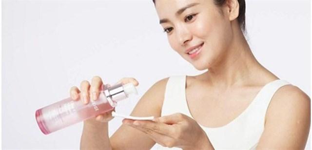 Nhớ thoa một lớp nước hoa hồng để cân bằng độ PH trên da