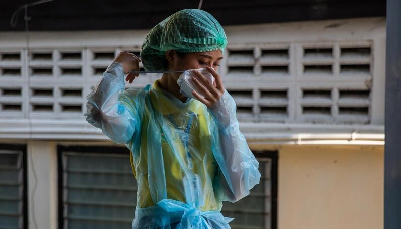 mujer usa traje proteccion cubrebocas coronavirus bangkok tailandia abril 28 2020 1211132062