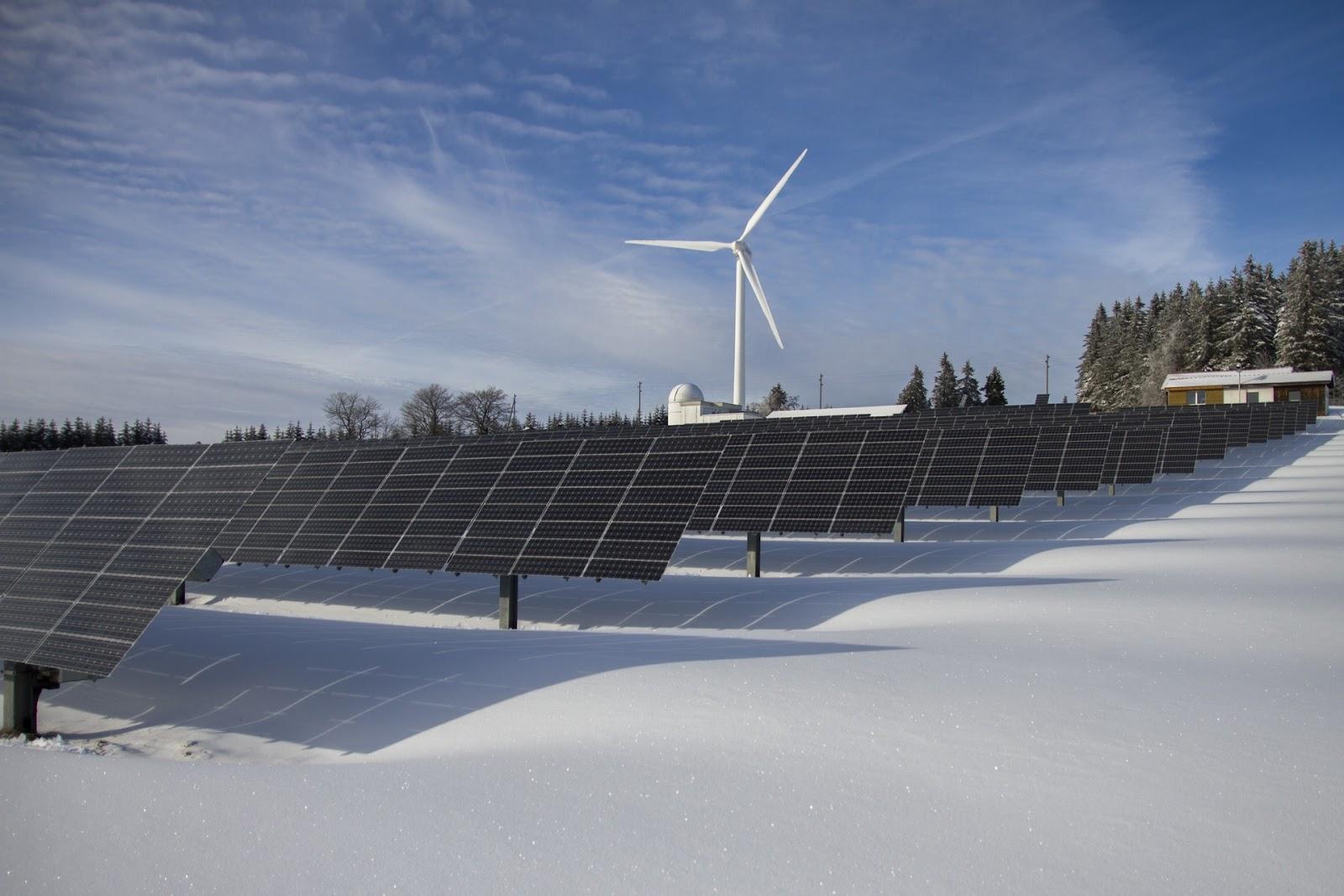 Fazenda de energia solar e eólica. (Fonte: Pexels)