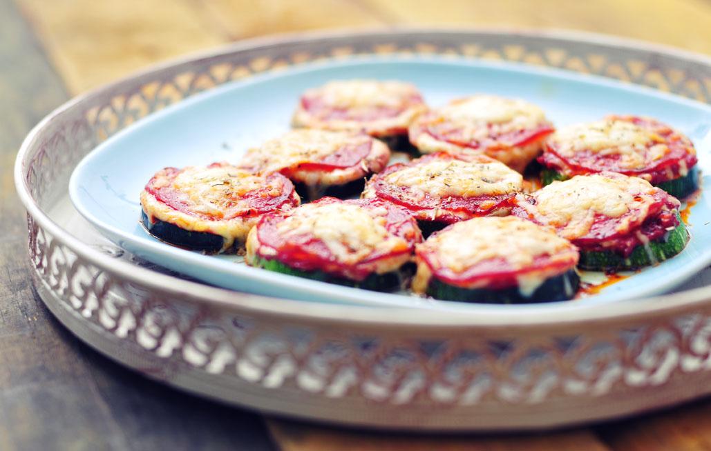 Deze courgette pizza's zijn het perfecte voorbeeld van gezonde hapjes
